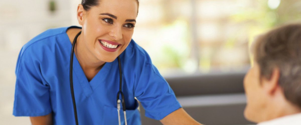 χαμογελαστή νοσοκόμα φροντίζει ασθενή σε κατ' οίκον νοσηλεία